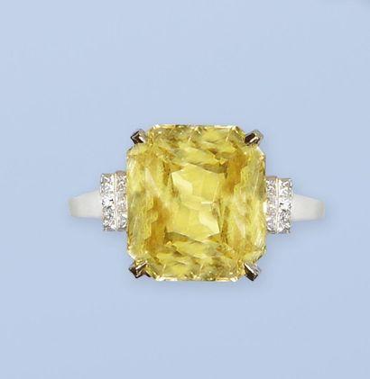 Bague en or blanc et or jaune 750 millièmes. Elle est ornée d'un très beau saphir...