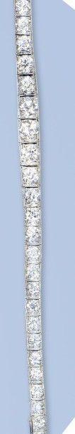 Splendide bracelet souple en platine (950 millièmes) signé CARTIER. Il forme une...