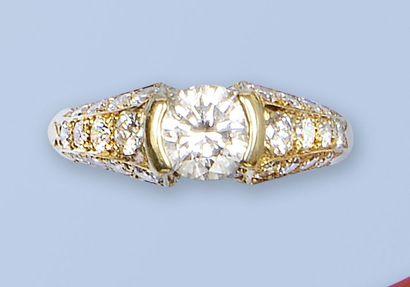 Bague en or jaune 18 K, (750 millièmes). Elle est ornée d'un brillant de très bonne...