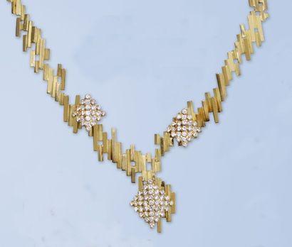 Demi parure comportant un collier et une bague or jaune 18 K (750 millièmes). Le...
