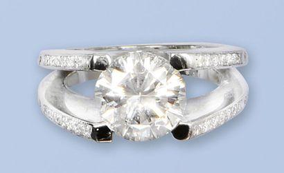 Bague en or gris 18 K, 750 millièmes. Elle est ornée d'un diamant de taille brillant...