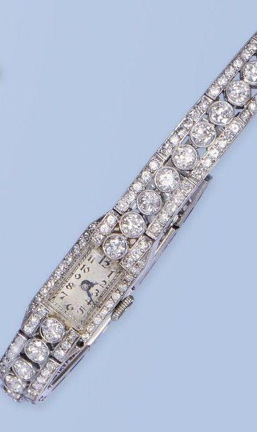 Bracelet montre pour dame en platine 950 millièmes. La montre de forme rectangulaire,...