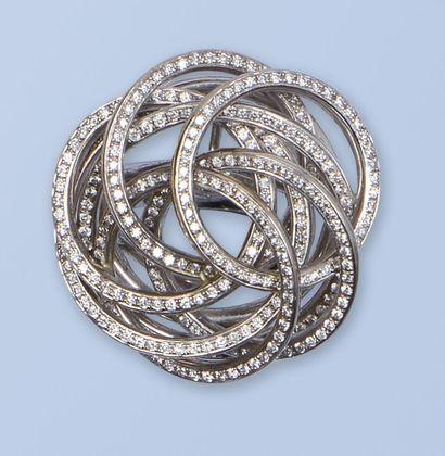 Bague en or gris 18K (750 millièmes). Le décor est composé d'une multitudes d'anneaux...