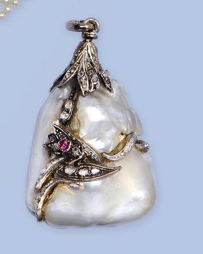 Pendentif orné d'une étonnante perle soufflée...