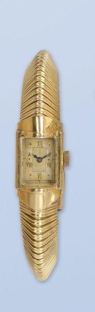 Bracelet montre en or jaune 18 K, (750 millièmes). La montre de forme rectangulaire...