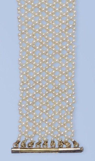 Pittoresque bracelet souple formant une résille. Il est composé d'une multitude...