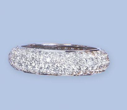 Bague jonc en or gris 18 K, 750 millièmes, à surface bombée. Elle est entièrement...