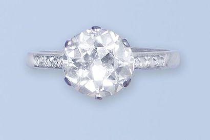 Solitaire en platine. Il est orné d'un diamant...