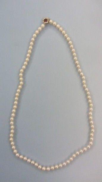 Sautoir composé d'une succession de 85 perles...