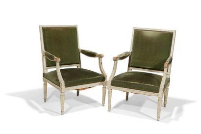 Paire de larges fauteuils  à dossier plat...