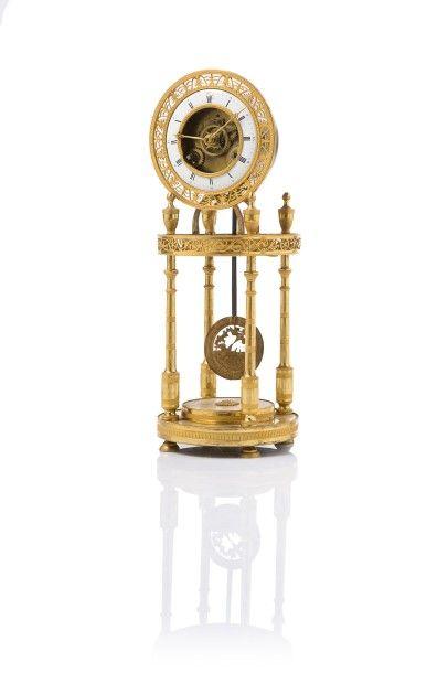 Pendule portique  en bronze doré à mouvement...