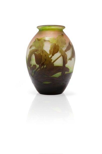 """GALLE - Nancy  """"Orchidées""""  Vase en verre double, de forme ovoïde à col cintré et..."""