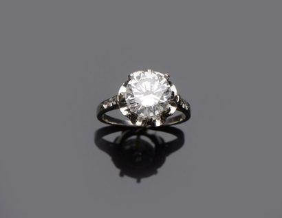 Bague sertie d'un diamant solitaire de forme...