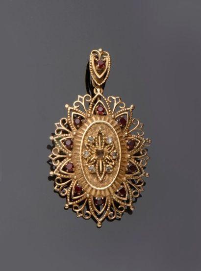 Broche ou pendentif ovale en or jaune à décor...