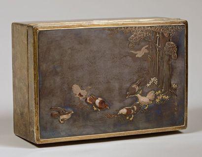 Boite en argent et cuivre à décor gravé d'oiseaux...