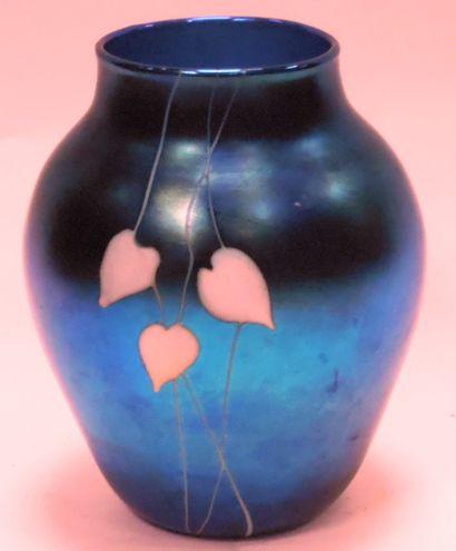 Travail contemporain circa 1990  Vase en verre irrisé bleu profond, à décor de feuilles...