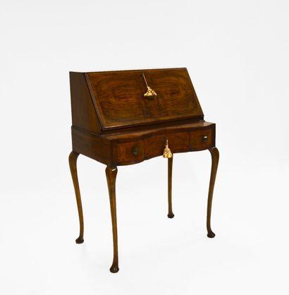 Bureau de pente en bois fruitier et bois de placage, s'ouvrant en secrétaire, découvrant...