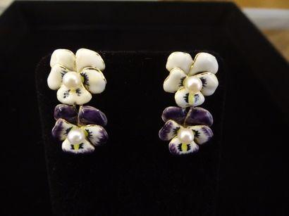 Paire de pendants d'oreilles  Stylisant des...