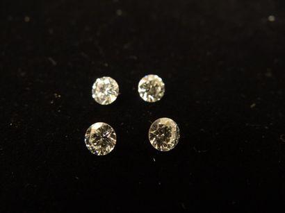 4 diamants sur papier  De taille brillant...
