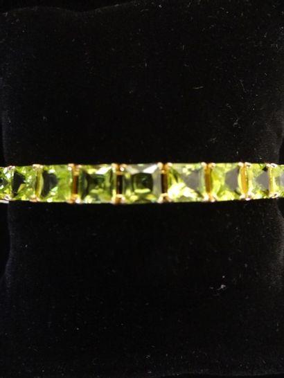 Bracelet péridots  Composé d'une succession...
