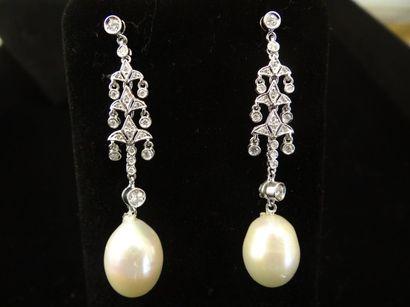 Paire de pendants d'oreilles perles et diamants...