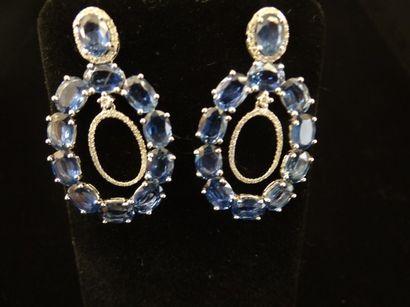Paire de pendants d'oreilles saphirs et diamants...