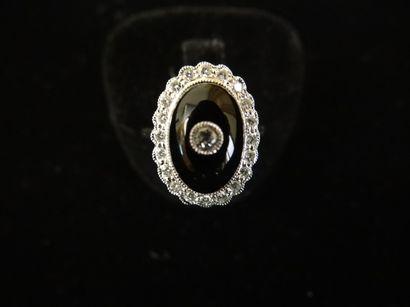 Bague onyx et diamants  De forme ovale, ornée...