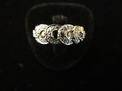 Bague diamants  Stylisant des motifs entrelacés,...