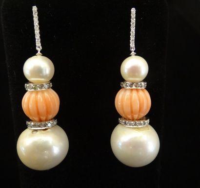 Paire de pendants d'oreilles perles, corail...