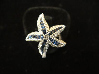 Bague saphirs et diamants  Stylisant une...