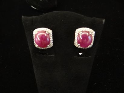 Paire de motifs d'oreilles rubis et diamants...