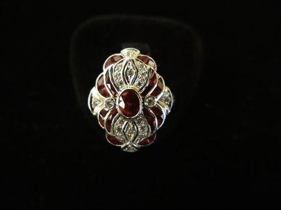 Bague rubis et diamants  Stylisant une fleur...