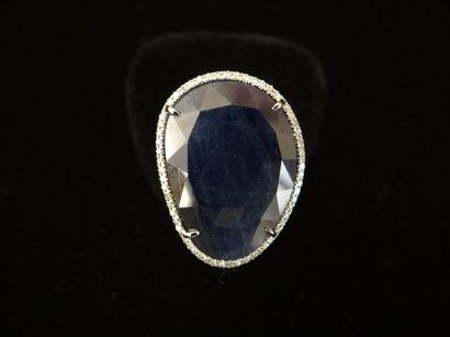 Bague saphir et diamants  Sertie d'un saphir...