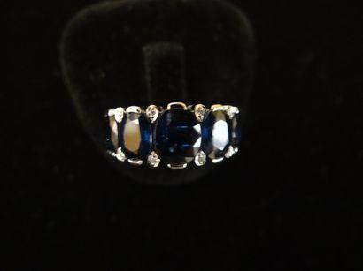 Bague saphirs et diamants  Sertie de 5 saphirs...