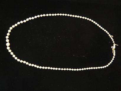 Collier de perles en chute  Composé de 100...