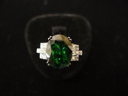 Bague tsavorite et diamants  Sertie d'une tsavorite naturelle de taille ovale, de...