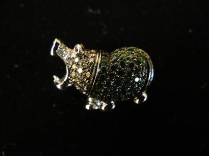 Broche tsavorite et diamants  Stylisant un hippopotame dont le corps est serti de...