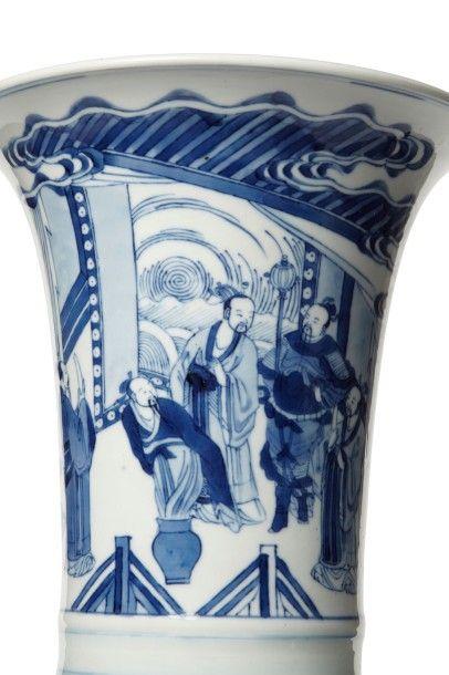 CHINE - XXème siècle Vase en porcelaine bleu-blanc à décor de dignitaires et de lettrés...