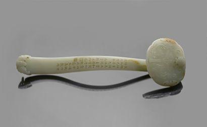 Période Jiaqing (1796-1820) Sceptre en jade blanc La tête sculptée en léger relief...