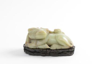 CHINE XXe siècle Groupe en jade jaune légèrement veiné de brun Représentant un jeune...