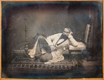 Camille DOLARD (1810-après 1884)<br>Autoportrait en fumeur de narguilé dans un décor oriental, 1845