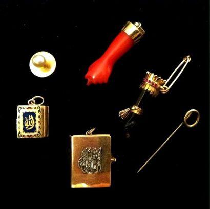 Lot de bijoux comprenant deux pendeloques...