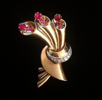 Clip en or rose 18K (750 °/°°) et platine (950 °/°°) stylisant un bouquet floral,...