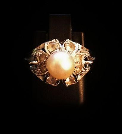 Bague en or 18 K (750 °/°°) ornée d'une perle...