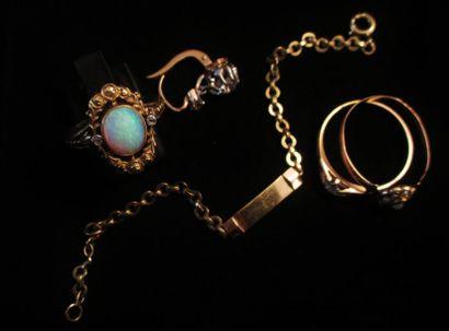 Lot en or 18 K (750°/°°) comprenant :  - une bague ornée d'une opale  - une bague...