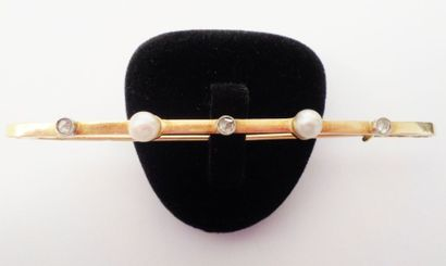 Broche barrette ornée de deux perles blanches...
