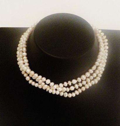 Collier de perles baroque en trois rangs,...