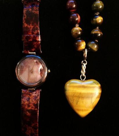 Un collier et son pendentif formant cœur...