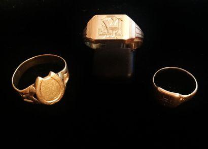 Trois chevalières en or 18 K (750°/°°), l'une...