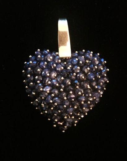 Pendentif stylisant un cœur orné de saphirs...